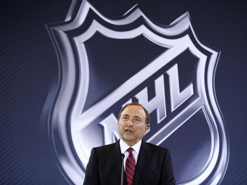 Luke Prokop hat als erster NHL-Profi seine Homosexualität öffentlich gemacht - und bekam von Liga-Boss Gary Bettman (Bild) Zuspruch. Foto: John Locher/AP/dpa
