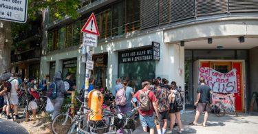 Vor einer Zentrale des Lieferdienstes Gorillas Streiken für Mitarbeiter um bessere Arbeitsbedingungen. Foto: Christophe Gateau/dpa