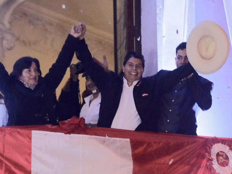 Pedro Castillo (M) feiert in Lima, nachdem die peruanischen Wahlbehörden ihn zum Präsidenten erklärt haben. Foto: Guadalupe Pardo/AP/dpa