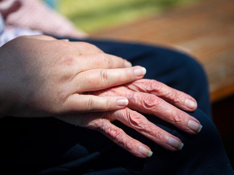 Im Jahr 2020 verzeichnete die Altenpflege einen Rückgang an Beschäftigten. Foto: Sina Schuldt/dpa