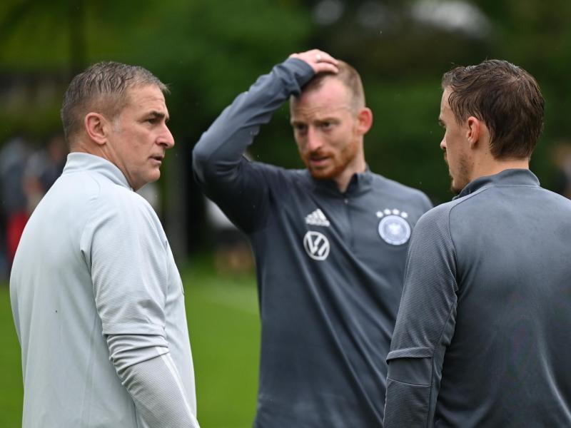 Plausch mit den Routiniers: DFB-Coach Stefan Kuntz (l-r) mit Maximilian Arnold und Max Kruse. Foto: Arne Dedert/dpa