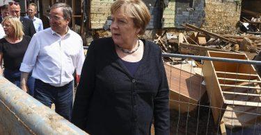 Bundeskanzlerin Angela Merkel und NRW- Ministerpräsident Armin Laschet (2.v.r), im vom Hochwasser betroffenen Stadtteil Iversheim. Foto: Wolfgang Rattay/Reuters/dpa