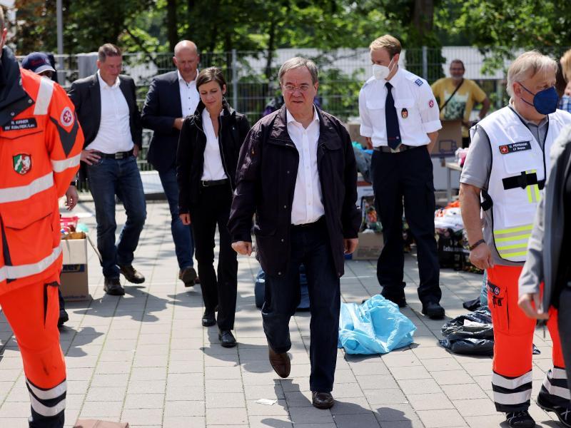 Armin Laschet (M, CDU), Ministerpräsident von Nordrhein-Westfalen, besuchte eine Notunterkunft in der vom Hochwasser stark betroffenen Gemeinde Erftstadt. Foto: Oliver Berg/dpa