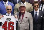 US-Präsident Joe Biden (2.v.l.), Coach Bruce Arians (M) und Quarterback-Superstar Tom Brady (r). Foto: Andrew Harnik/AP/dpa