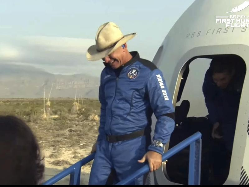 Der Cowboy ist zurück auf der Erde: Jeff Bezos verlässt nach seinem Kurz-Ausflug ins Weltall die Kapsel «New Shepard». Foto: -/Blue Origin/AP/dpa