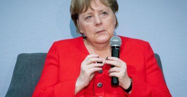 Bundeskanzlerin Angela Merkel (CDU) im Gespräch mit Studenten bei ihrerSüdafrika-Reise. Foto: Kay Nietfeld/dpa