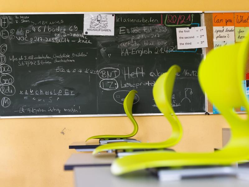 Stühle auf Tischen in einem leeren Klassenzimmer einer Realschule. Foto: Philipp von Ditfurth/dpa