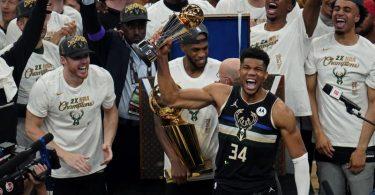 Die Milwaukee Bucks um Giannis Antetokounmpo (Nr. 34) wurden nach 50 Jahre wieder NBA-Champions. Foto: Paul Sancya/AP/dpa