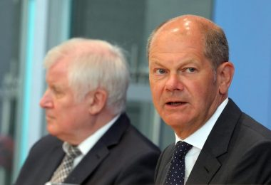 Bundesfinanzminister Olaf Scholz (r.) und Bundesinnenminister Horst Seehofer stehen Journalisten Rede und Antwort. Foto: Wolfgang Kumm/dpa