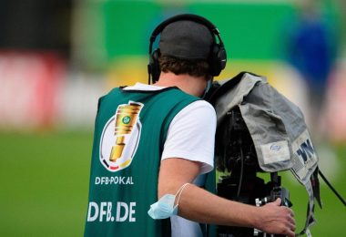 Ein Kameramann während eines Erstrundenspiels im DFB-Pokal. Foto: Swen Pförtner/dpa