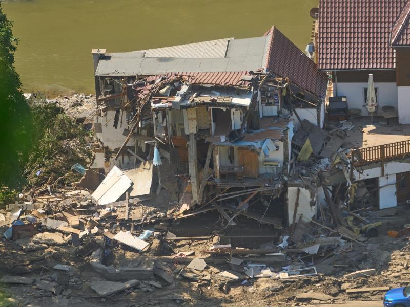 Ein Haus ist nach dem Hochwasser vollkommen aufgerissen. Foto: Thomas Frey/dpa