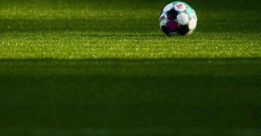 Die 2. Liga beginnt am Freitag. Foto: Julian Stratenschulte/dpa