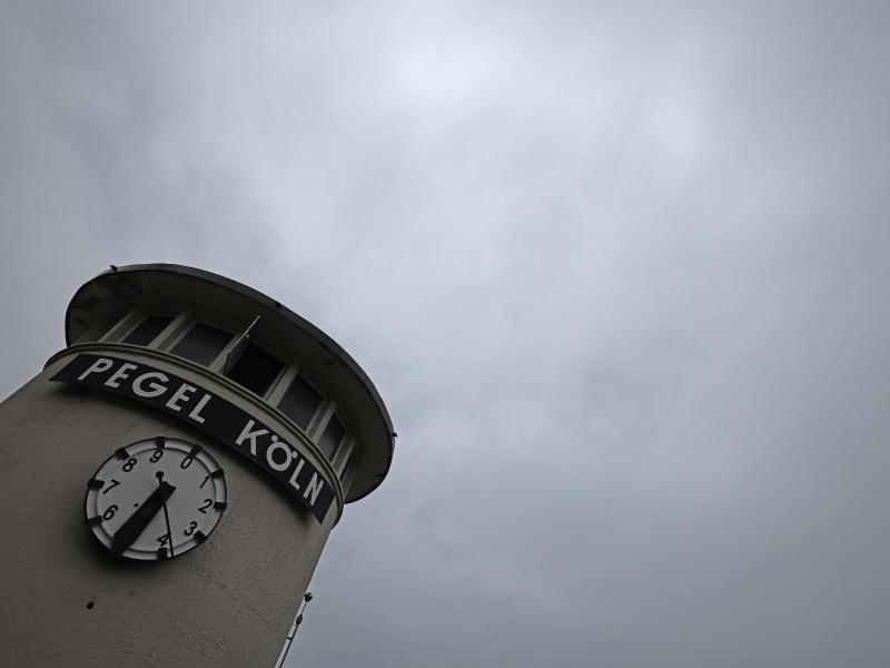 Wolken ziehen über die Pegeluhr hinweg. In Nordrhein-Westfalen drohen in den nächsten Tagen Gewitter und Schauer. Foto: Oliver Berg/dpa