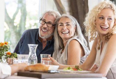 Eine ausgewogene, pflanzenbasierte Ernährung hilft dabei, im Alter gesund zu bleiben. Foto: Peter Scholl/Westend61/dpa-tmn