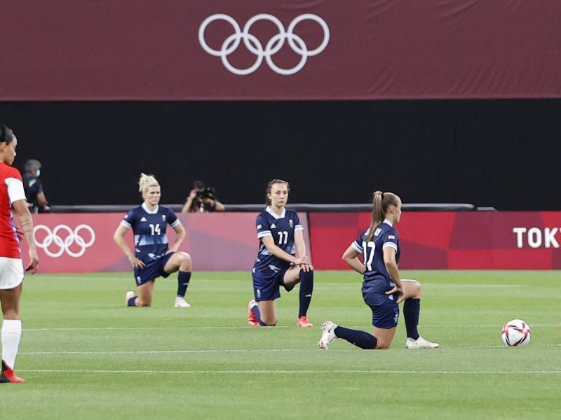 Weil der Kniefall von fünf Frauenfußball-Teams in den Zusammenschnitten fehlte, hatte es Kritik am IOC gegeben. Foto: ---/kyodo/dpa