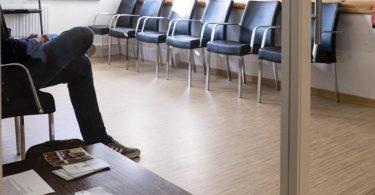 Einsam im Wartezimmer. Der Krankenstand ist nach Angaben der DAK-Gesundheit im ersten Halbjahr 2021 deutlich gesunken. Foto: Frank Molter/dpa
