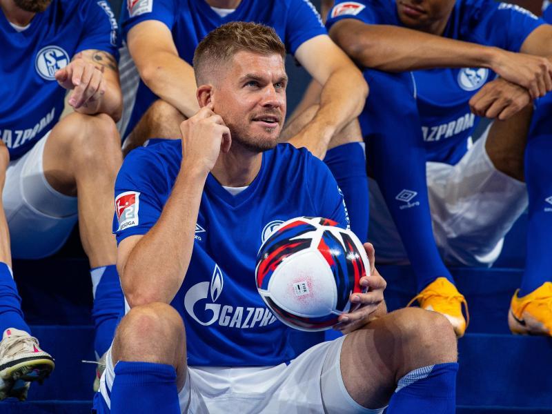 Der FC Schalke 04 setzt auf die Tore von Simon Terodde. Foto: Guido Kirchner/dpa
