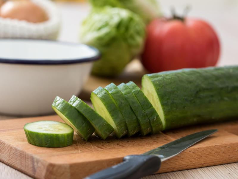 Damit Gurken so schmecken wie frisch geerntet, sollte man sie nicht zu kühl lagern. Foto: Christin Klose/dpa-tmn
