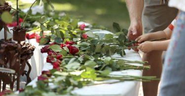 Menschen legen in Oslo Rosen für die Opfer des Terroranschlags nieder. Foto: Beate Oma Dahle//dpa