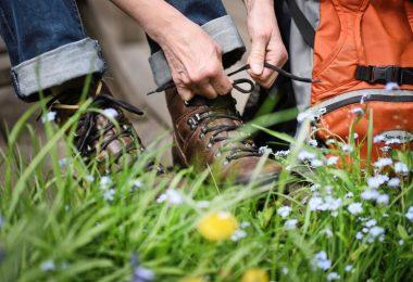 Liegt im Trend: Mit Rucksack und Wanderschuhen Urlaub machen. Foto: Henning Kaiser/dpa