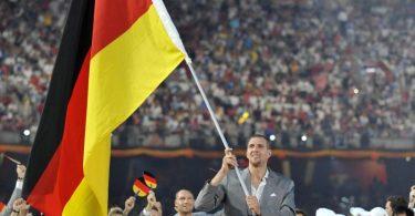 Basketballstar Dirk Nowitzki war 2008 der deutsche Fahnenträger. Foto: John Mabanglo/EPA/dpa