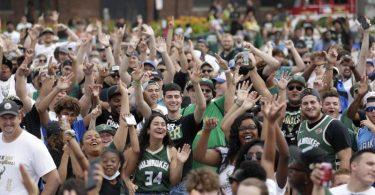 Fans feiern in Milwaukee den NBA-Titel der Bucks. Foto: Aaron Gash/AP/dpa