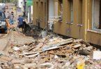 In Gemünd in Nordrhein-Westfalen wird Schutt aus den Häusern geräumt. Foto: Oliver Berg/dpa