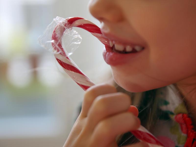 Kinder lieben Süßes. Hoher Zuckerkonsum im Kindesalter kann laut einer Studie die Entstehung von Darmkrebs im Erwachsenenalter begünstigen. Foto: Mascha Brichta/dpa-tmn
