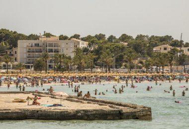 Badegäste am Strand von S'Arenal. Seit Ende Juni sind die Corona-Zahlen praktisch überall in Spanien rapide in die Höhe geschossen. Auf Mallorca lag die Sieben-Tage-Inzidenz zuletzt bei 365. Foto: John-Patrick Morarescu/ZUMA Press Wire/dpa