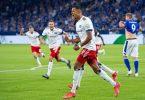 Robert Glatzel (M) drehte mit seinem Tor den Zweitliga-Auftakt auf Schalke zu Gunsten des HSV. Foto: Guido Kirchner/dpa