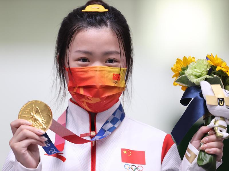 Die chinesische Schützin Qian Yang ist die erste Siegerin bei den Olympischen Spielen in Tokio. Foto: Oliver Weiken/dpa