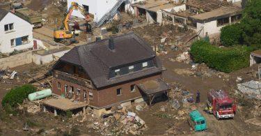 Rettungskräfte sind nach dem Hochwasser im Einsatz. Die Flut hat auch hier zahlreiche Häuser zerstört. Foto: Thomas Frey/dpa