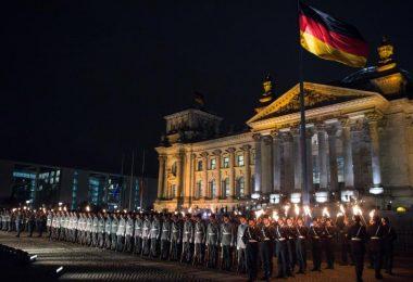 Zahlreiche Soldaten stehen bei einem Großen Zapfenstreich vor dem Reichstagsgebäude in Berlin. Foto: picture alliance / dpa