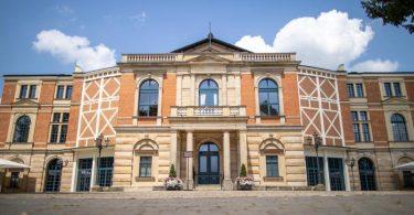 Das Bayreuther Festspielhaus. Am 25.07.2021 beginnen die Bayreuther Festspiele. Foto: Daniel Karmann/dpa