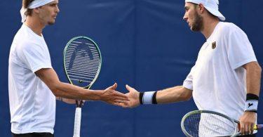 Alexander Zverev (l) und Jan-Lennard Struff starteten erfolgreich in die Sommerspiele in Tokio. Foto: Marijan Murat/dpa