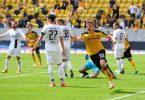 Dynamo-Profi Christoph Daferner (3.v.r.) dreht nach seinem Treffer jubeln ab. Foto: Robert Michael/dpa-Zentralbild/dpa