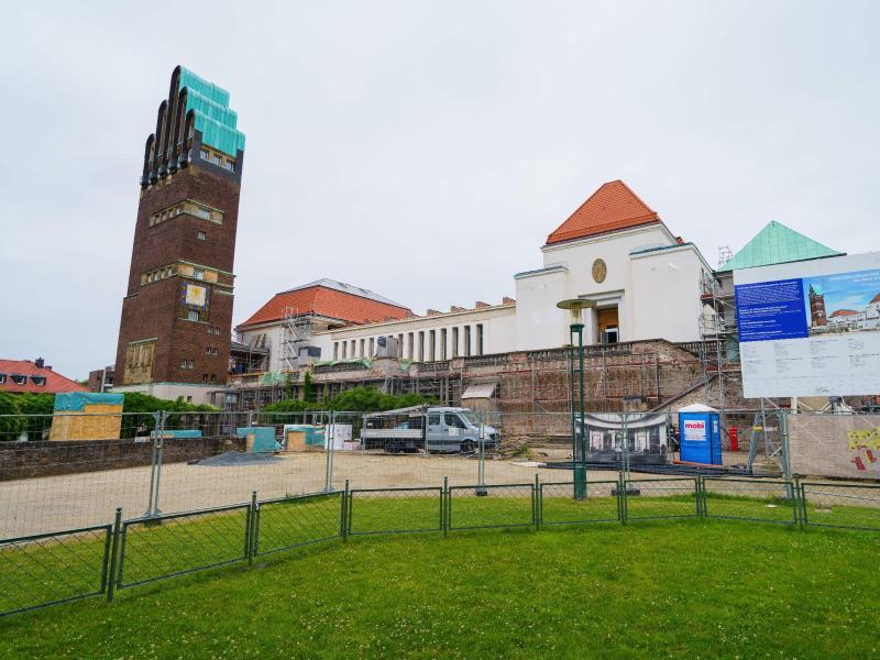 Ein Bauzaun steht vor dem Ausstellungsgebäude Mathildenhöhe. Das Jugendstilensemble wird derzeit umfangreich saniert. Foto: Andreas Arnold/dpa