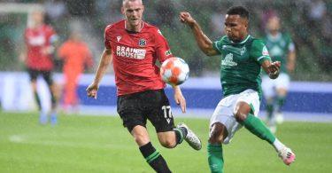 Werders Felix Agu (r) kommt vor Hannovers Marvin Ducksch an den Ball. Foto: Carmen Jaspersen/dpa
