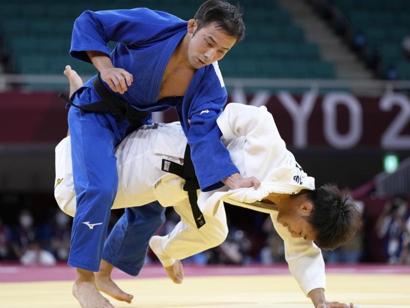 Judoka Naohisa Takato (l) gewann in Tokio die erste Goldmedaille für Japan. Foto: ---/kyodo/dpa