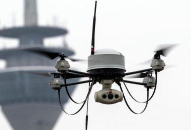 Eine Drohne der Polizei fliegt vor dem Fernsehturm. Foto: Federico Gambarini/dpa