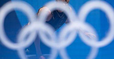 Alexander Zverev hat im olympischen Tennis-Turnier die zweite Runde erreicht. Foto: Marijan Murat/dpa