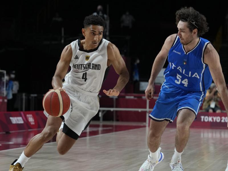 Die deutschen Basketballer um Maodo Lo (l) zeigten eine gute Leistung, aber unterlagen am Ende den Italienern. Foto: Eric Gay/AP/dpa