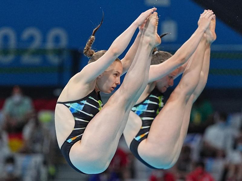 Tina Punzel (r) und Lena Hentschel gewannen bei den Olympischen Spielen in Tokio die erste Medaille für das deutsche Team. Foto: Michael Kappeler/dpa