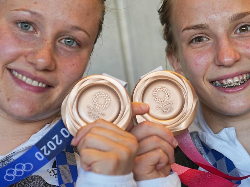 Tina Punzel (l) und Lena Hentschel zeigen stolz ihre Medaillen. Foto: Michael Kappeler/dpa