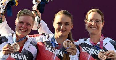 Die deutschen Bogenschützinnen Michelle Kroppen, Charline Schwarz und Lisa Unruh (l-r) gewannen die Bronzemedaille. Foto: Swen Pförtner/dpa