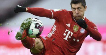 Stürmerstar Robert Lewandowski vom FCBayern München ist erneut Deutschlands Fußballer des Jahres. Foto: Andreas Schaad/AP-Pool/dpa