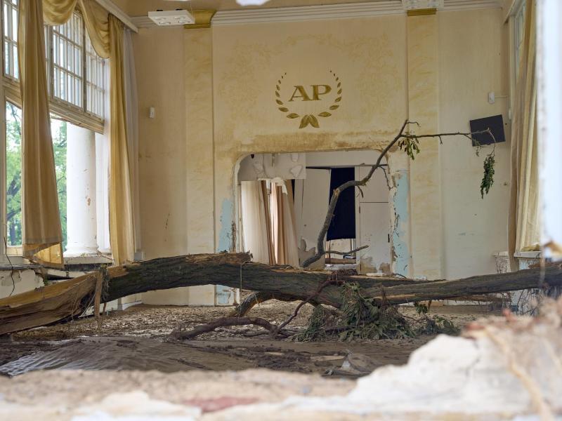 Im Kursaal von Bad Neuenahr hat die Flut einen Baum angespült. Foto: Thomas Frey/dpa