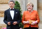 Kanzlerin Angela Merkel und ihr Mann Joachim Sauer freuen sich auf die Wagner-Festspiele. Foto: Daniel Karmann/dpa
