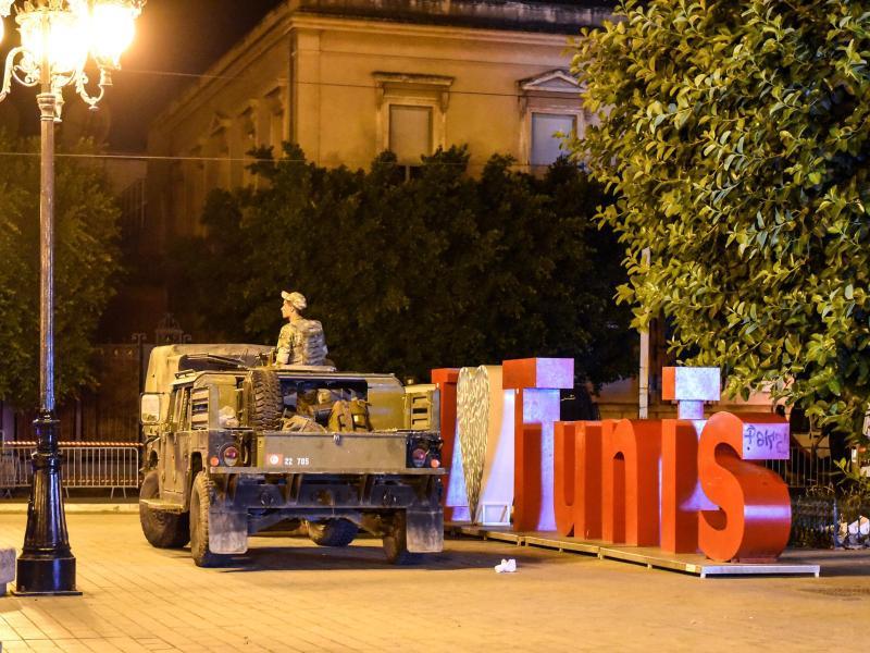 Die Armee rückt an, um die Botschaften zu schützen, nachdem der tunesische Präsident Saied nach einem Tag landesweiter Proteste gegen die Regierungspartei die Entlassung von Premierminister Mechichi bekannt gegeben hat. Foto: Jdidi Wassim/SOPA Images via ZUMA Press Wire/dpa