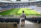 Ein Fan von Eintracht Frankfurt sucht auf der spärlich besetzten Tribüne nach seinem Sitzplatz. Foto: Arne Dedert/dpa